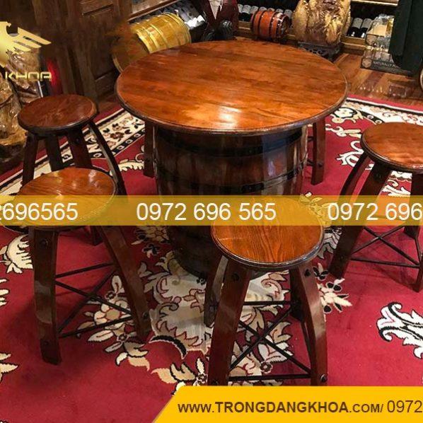 Bàn ghế thùng gỗ sồi làm hầm rượu