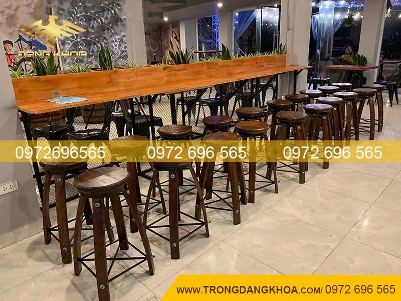 Thùng gỗ làm bàn vuông cho nhà hàng
