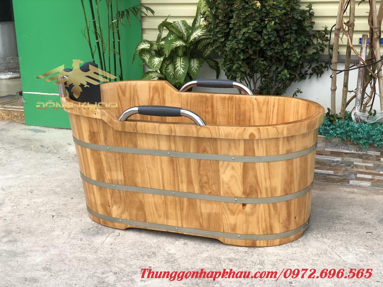 Bồn tắm gỗ tay vịn đẹp