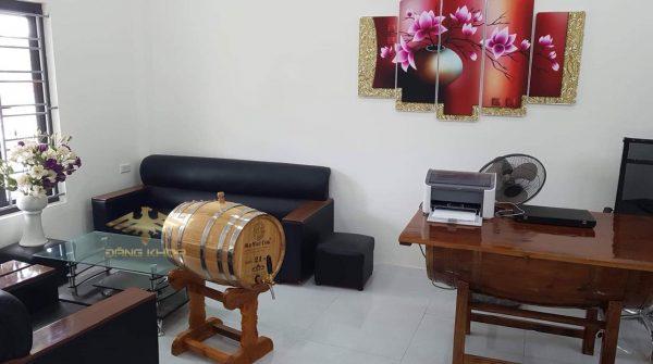 Thùng gỗ sồi ngâm rượu đặt trong phòng khách