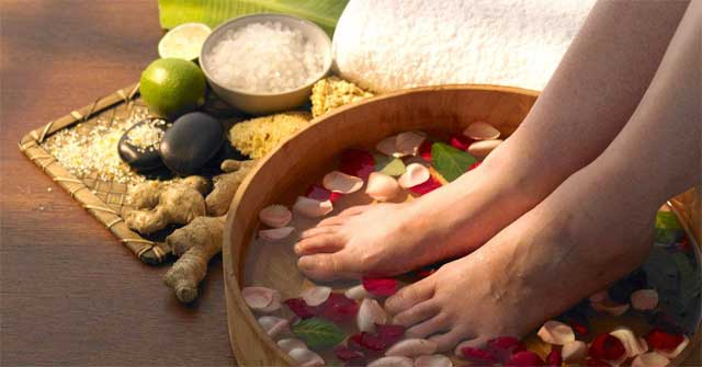 Ngâm chân nước muối hỗ trợ điều trị các bệnh ngoài da