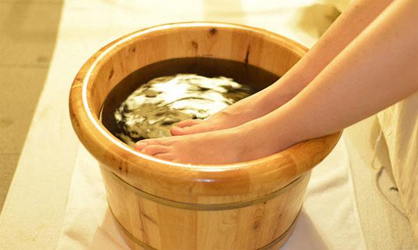 Ngâm chân nước muối giúp ngủ ngon giấc hơn