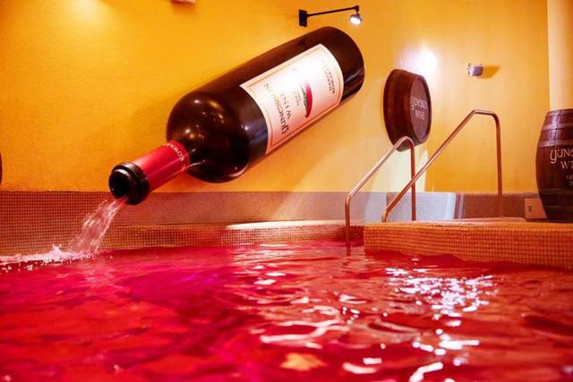 Tắm rượu vang có tác dụng gì